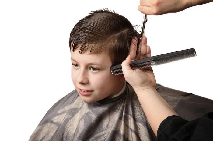 kinder-frisuren-Muti-frisiiert-den-Jungen