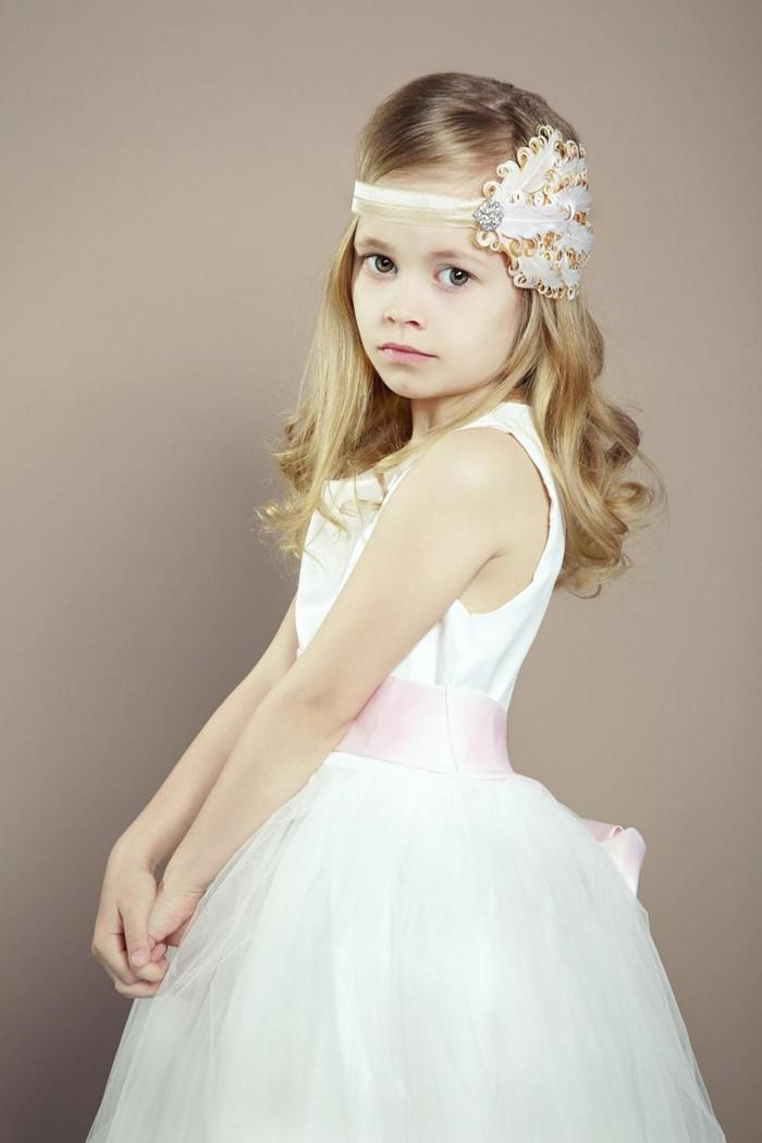 kinder-frisuren-blondes-Haar-weisses-Kleid