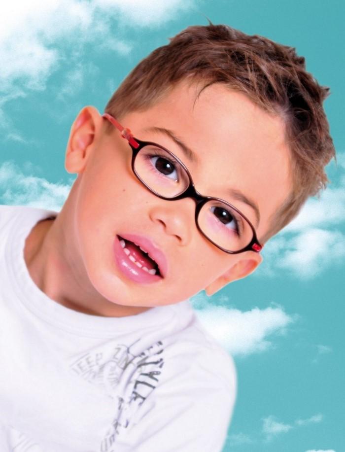 kinder-frisuren-ein-Kind-mit-Glaeser-und-kurzes-Haar