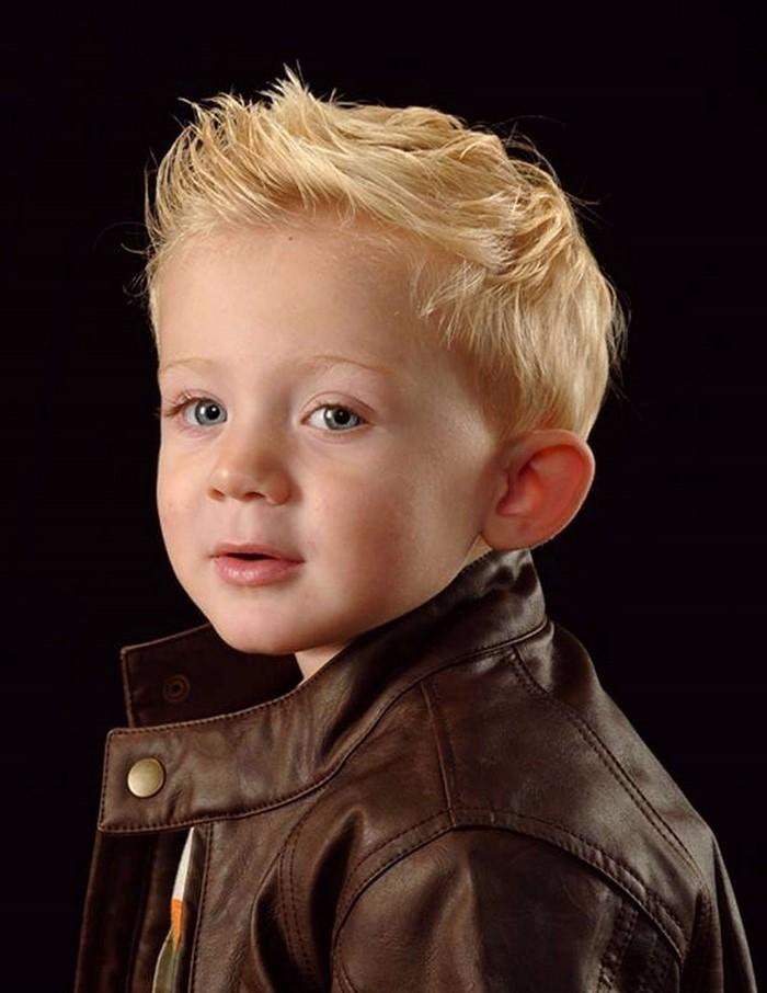 kinder-frisuren-ein-Kind-mit-einer-modernen-Jacke