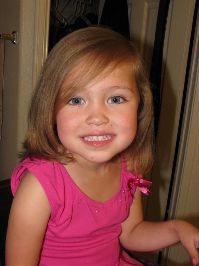 kinder-frisuren-ein-Maedchen-in-rosa-mit-kurzem-Haar