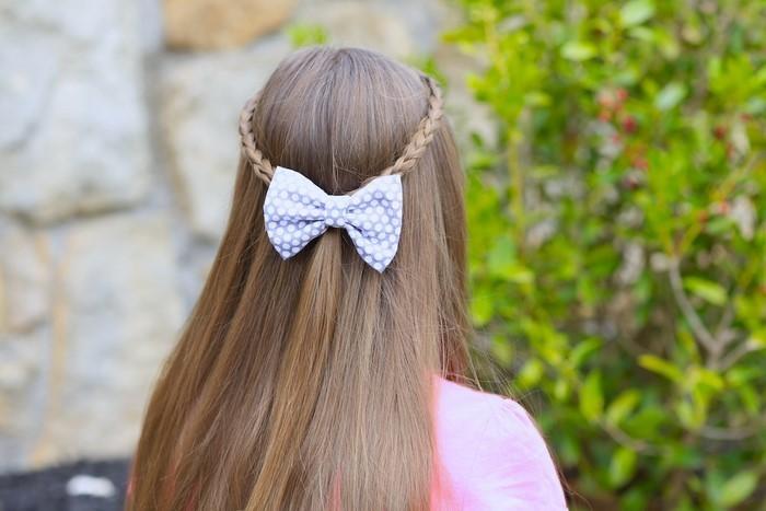 kinder-frisuren-ein-blaues-Band-im-Haare