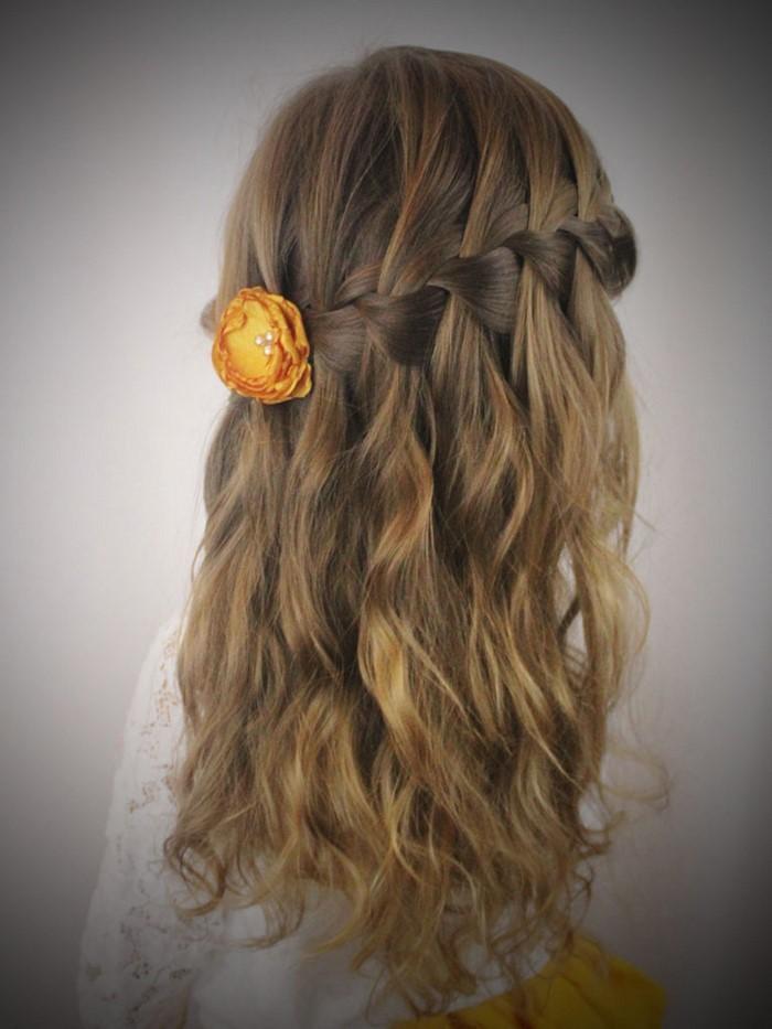 kinder-frisuren-ein-gelbes-bluemchen-im-Haare