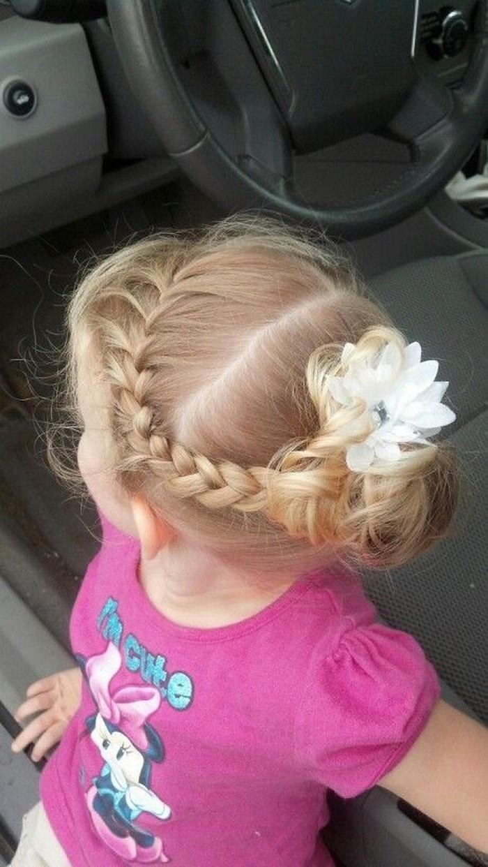 kinder-frisuren-ein-kleiner-Engel-mit-einer-Blume-im-Haar