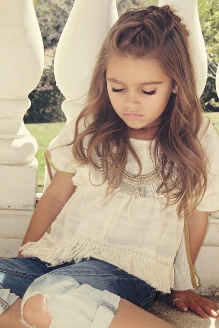 kinder-frisuren-ein-kleiner-engel-mit-weisser-Bluse