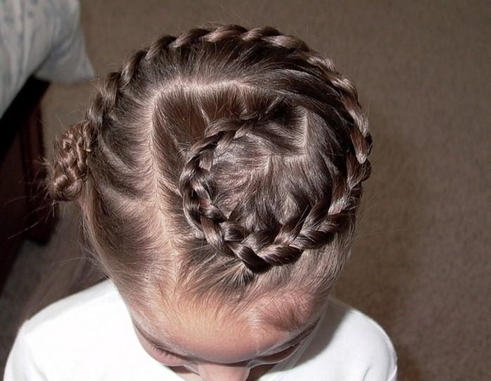 kinder-frisuren-ein-kleines-Kind-mit-ein-kleines-Haarbroetchen