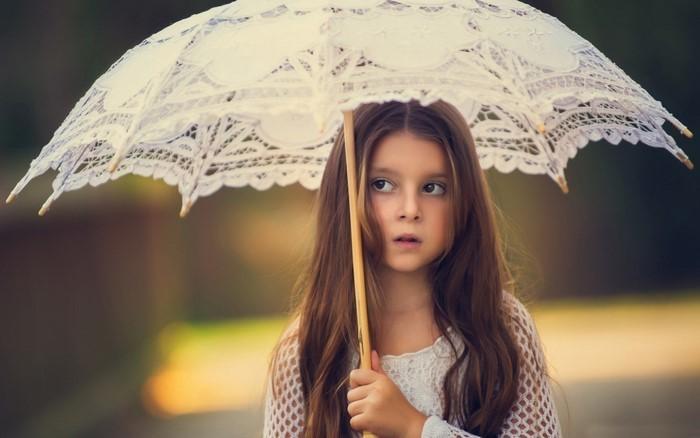 kinder-frisuren-ein-kleines-Maedchen-mit-einem-Regenschirm