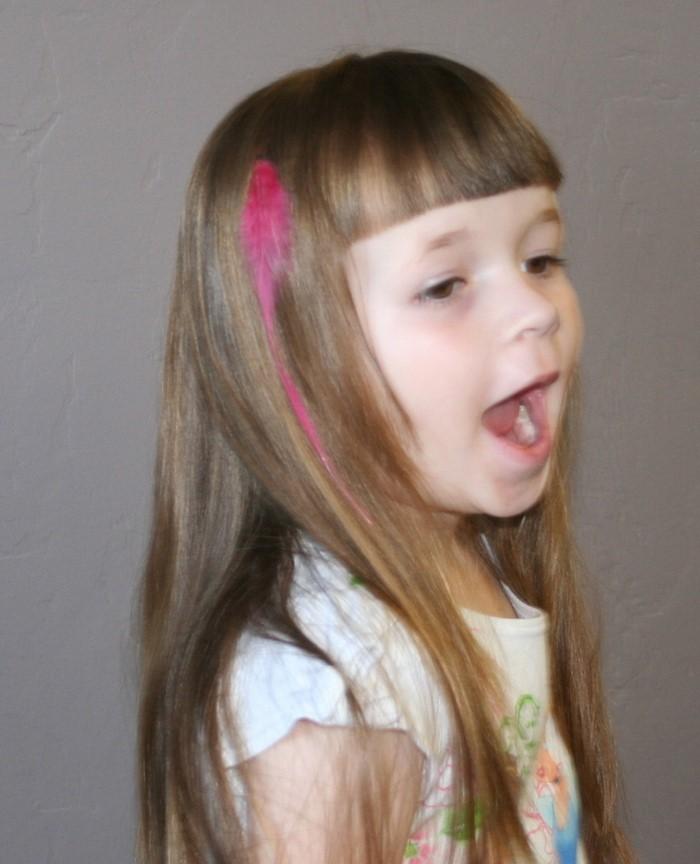 kinder-frisuren-ein-kleines-Maedchen-mit-rosa-im-Haare