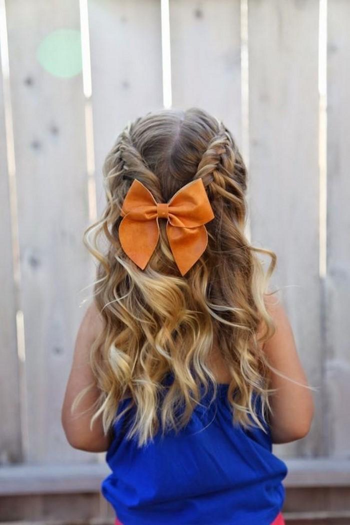 kinder-frisuren-ein-oranges-Band-und-ein-Kind