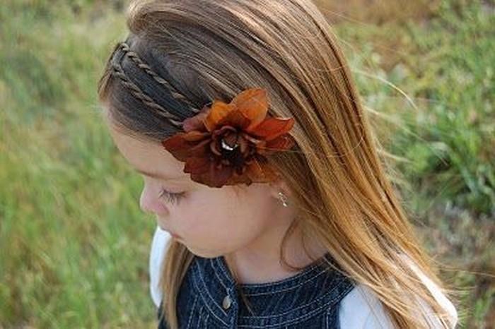 kinder-frisuren-eine-Blume-im-Haar