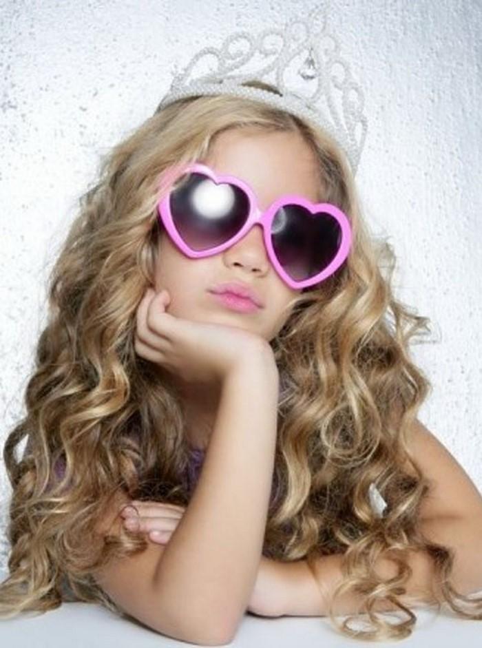 kinder-frisuren-eine-kleine-Prinzessin-und-eine-moderne-Ausstrhalung