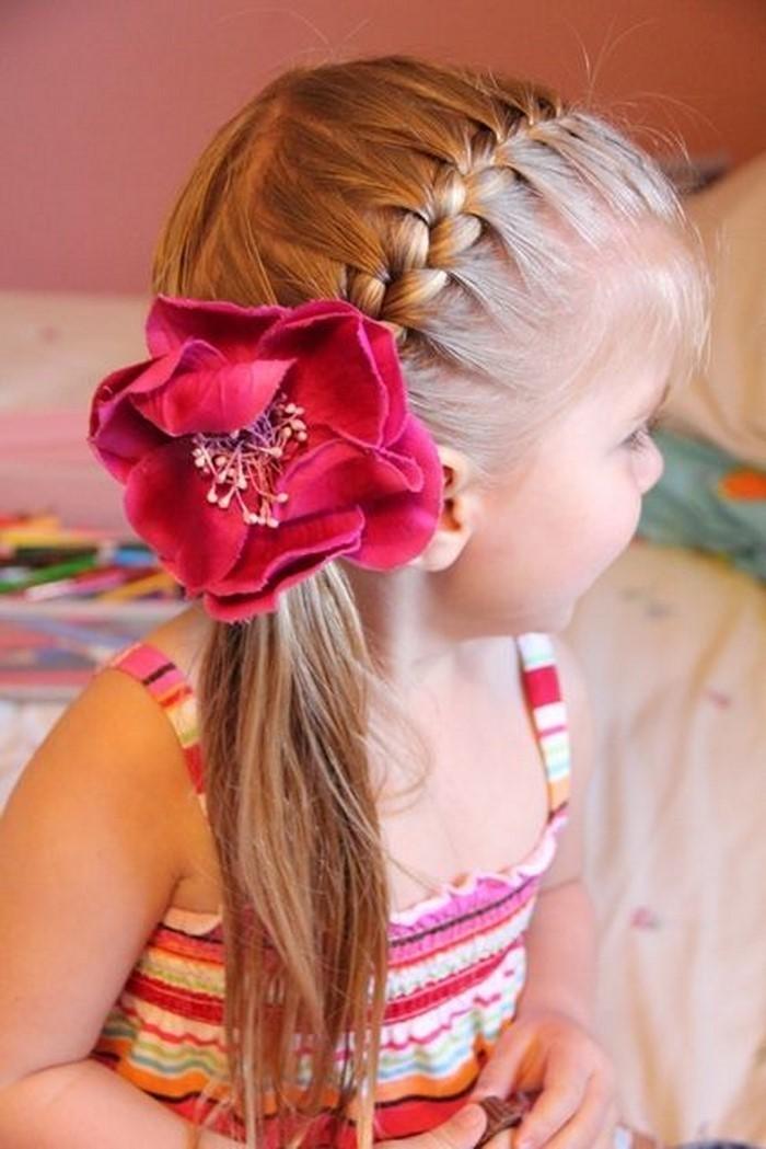 kinder-frisuren-eine-rosa-Blume-und-ein-Kind