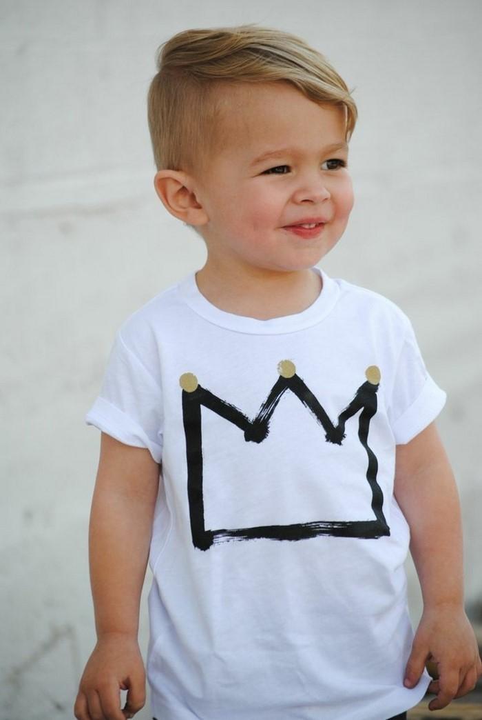 kinder-frisuren-fuer-kleine-jungs-pony-krone-t-shirt