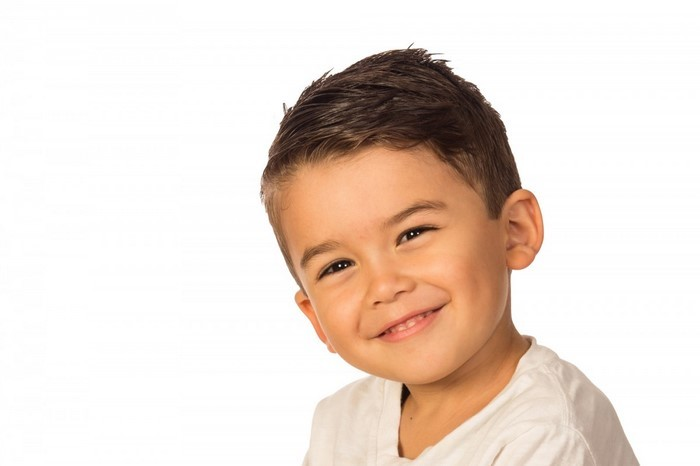 kinder-frisuren-laechender-Junge-und-kurzes-Haar