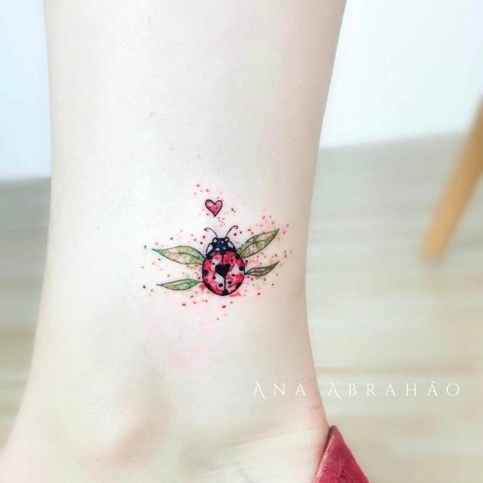 Kleines farbiges Tattoo am Knöchel, buntes Tattoo für Frauen, Marienkäfer und kleines rotes Herz