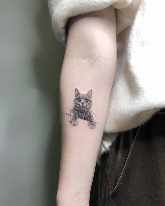 Unterarm Tattoo Idee, süßes Katzen Tattoo, Arm Tattoo Motive für Frauen