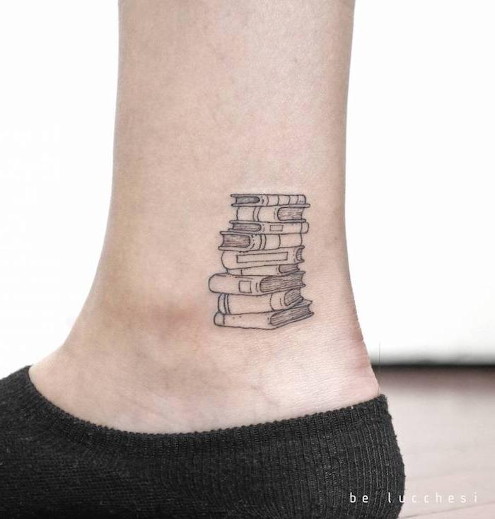 Kleines schwarzes Tattoo am Knöchel, viele Bücher aufeinander, Fuß Tattoo Ideen für Frauen