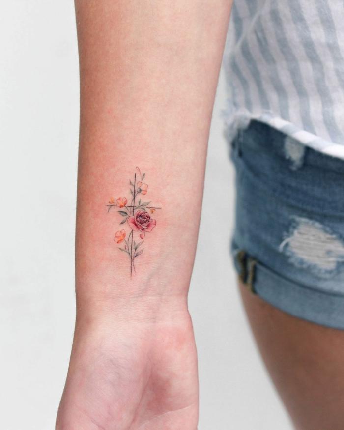 Kleines Blumen Tattoo am Handgelenk, kleine rote Rose und schwarzer Kreuz, Frauen Tattoo Motive