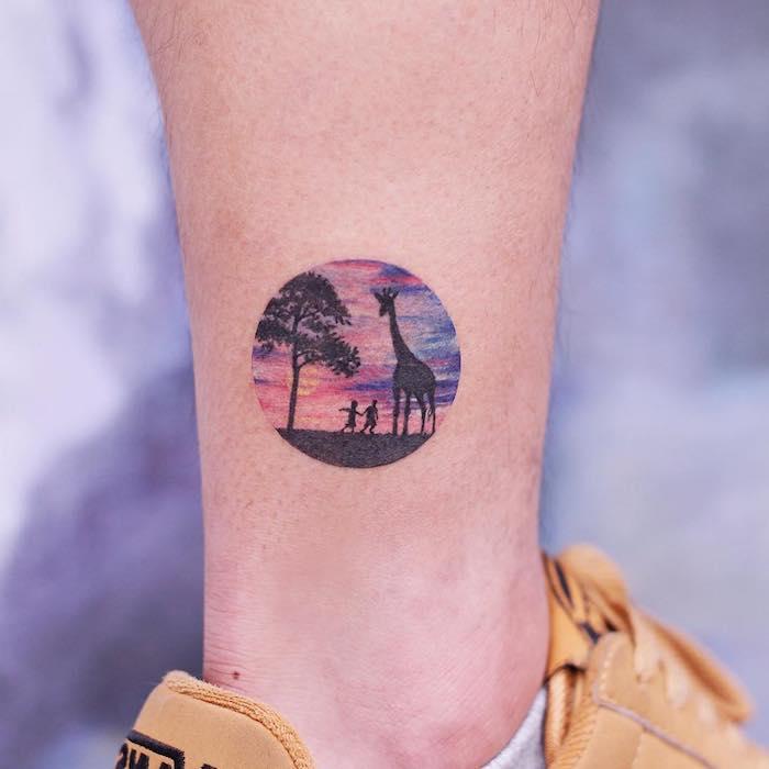 Savanne Tattoo an der Wade, farbiges Tattoo, Giraffe und zwei kleine Kinder bei Sonnenuntergang