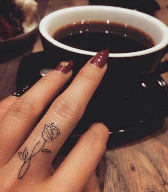 Kleines Rosen Tattoo, Tattoo am Mittelfinger, Ideen für Frauen Tattoos, Finger Tattoo zum Inspirieren