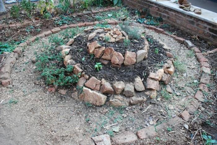 kräuterhochbeet-bauen-damit-man-ein-kräuterhochbeet-bauen-kann-kann-man-auch-steine-verwenden