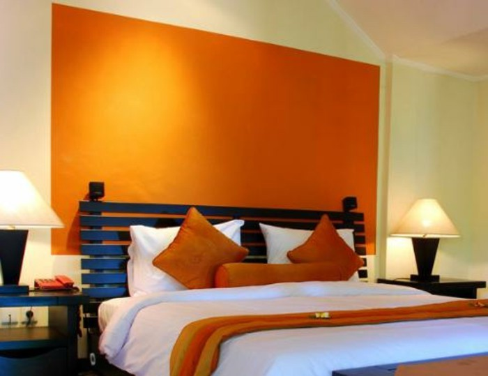 Die indirekte Beleuchtung macht das Schlafzimmer einmalig aussehen