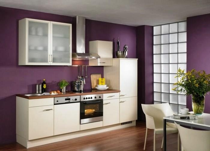 lila-grelle-wandfarben-in-einer-küche-mit-weißen-möbeln