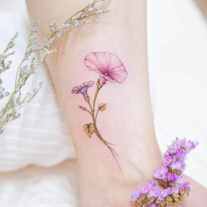 Farbiges Blumen Tattoo am Knöchel, zarte Blume mit rosa und lila Blüten, Frauen Tattoos Ideen