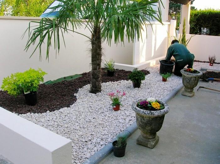 moderne-gartengestaltung-bepflanzung-mit-steinen-blumen-pflanzkübel