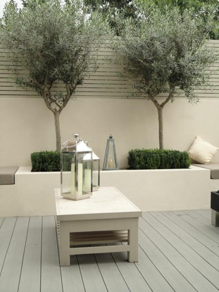 moderne-gartengestaltung-bepflanzung-moderner-gartentisch-und-deko-mit-kerzenhalter
