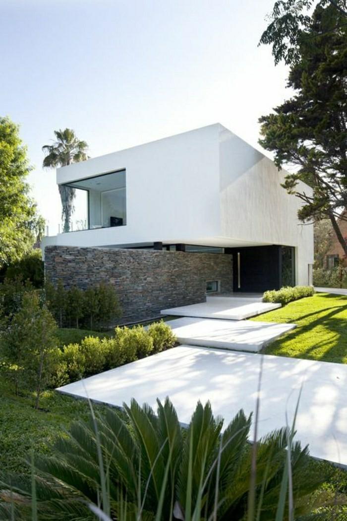 moderne-gartengestaltung-beton-platten-und-rasenfläche