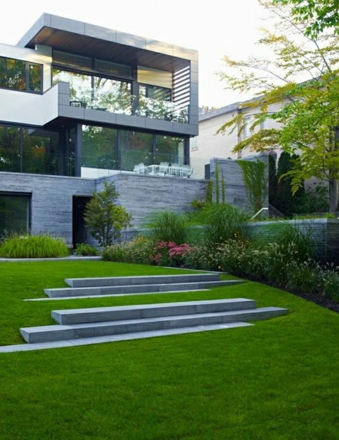 moderne-gartengestaltung-mit-betonplatten-und-rasenfläche