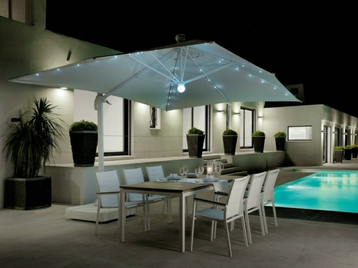 moderne-gartengestaltung-mit-schwimmbecken-sonnenschirm-beleuchtun