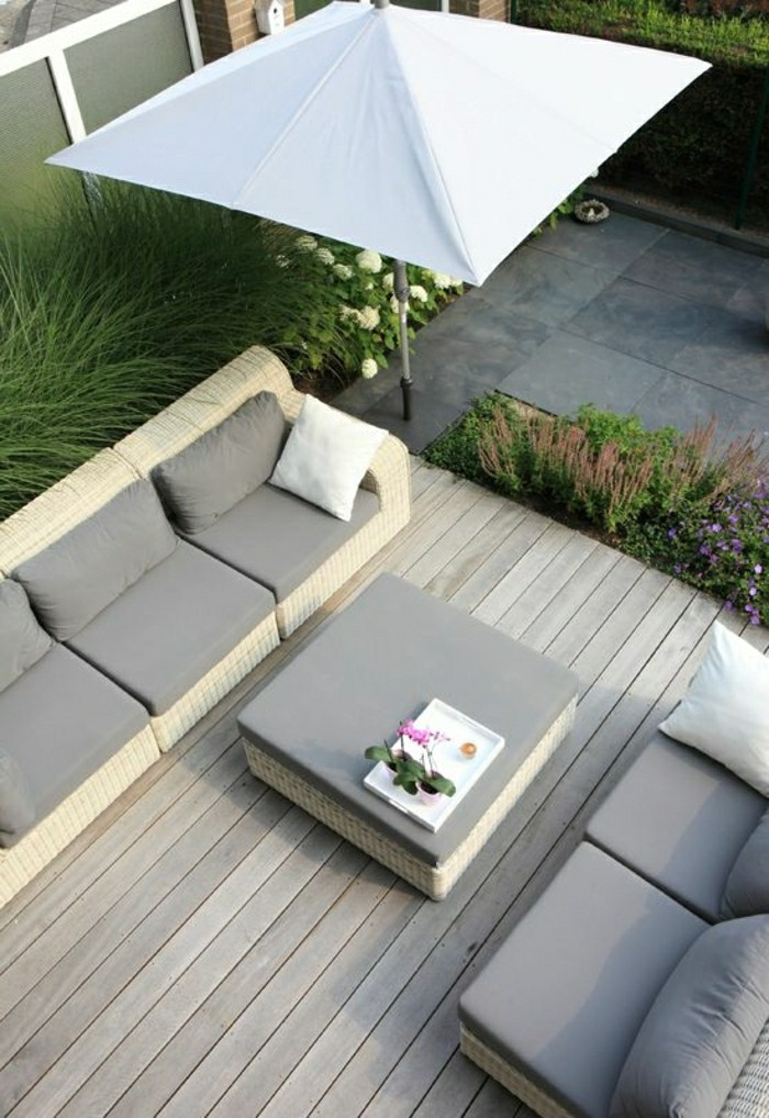 moderne-gartengestaltung-mit-sonnenschirm-bequeme-lounge-möbel