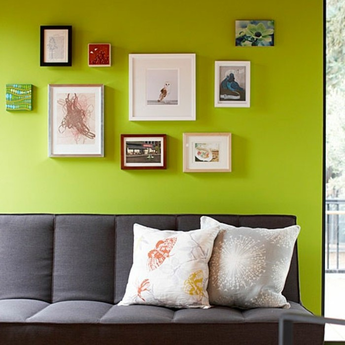 modernes-wohnzimmer-grelle-wandfarben-und-wandbilder
