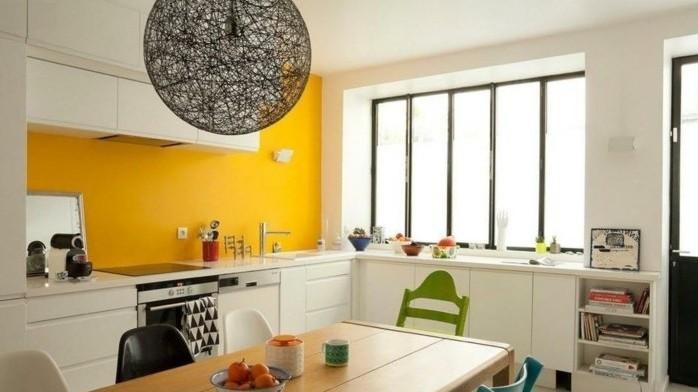 originelle-küche-in-weiß-un-gelb-wandfarben-vorschläge