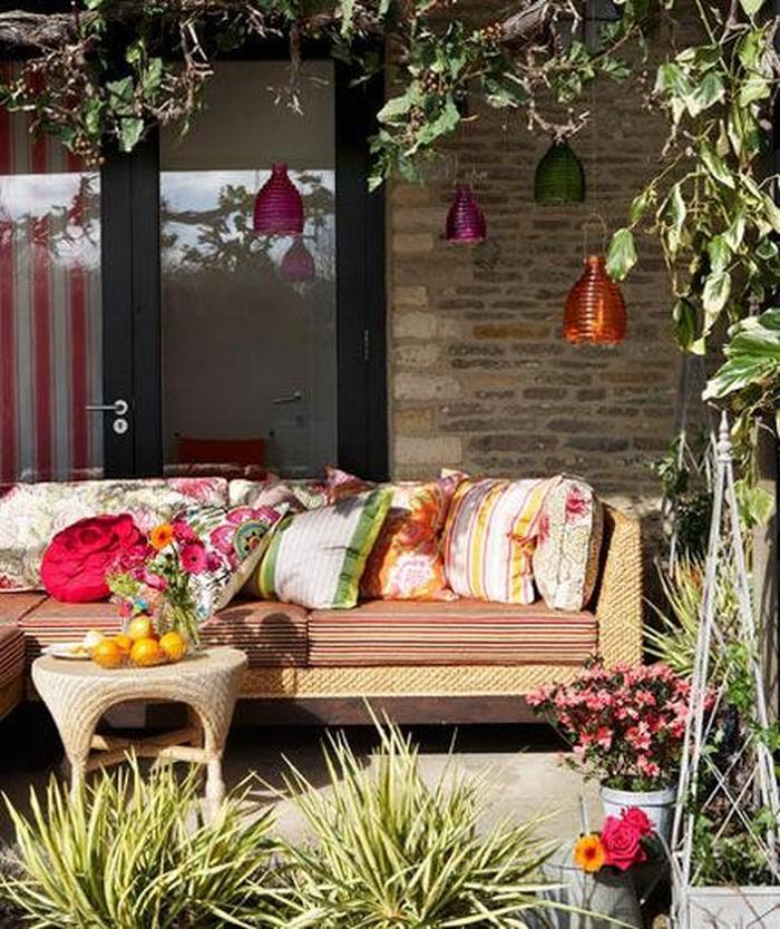 partydeko-ein-sofa-und-Laternen-aus-Glas