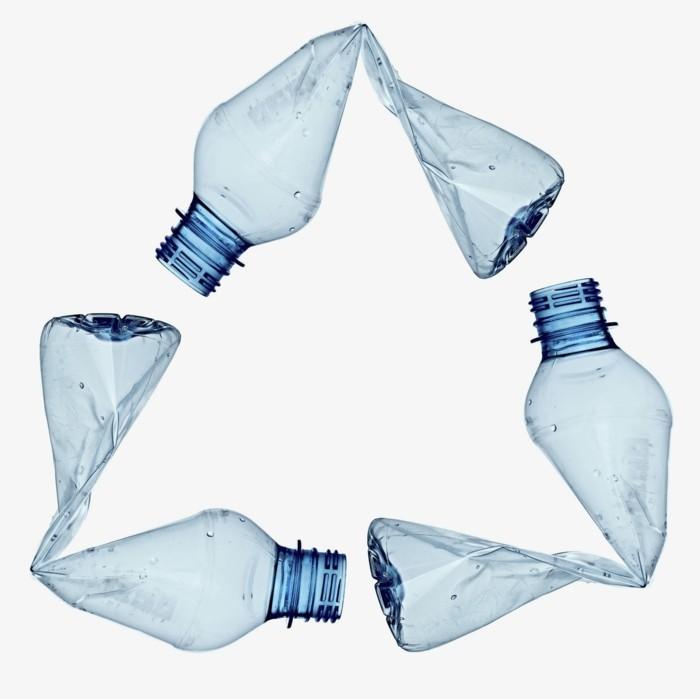 plastik-recycling-logo-mit-plastikflaschen