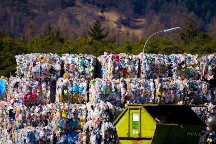 plastik-recycling-mülldeponie-mit-plastik