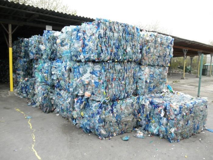 plastik-recycling-mülldeponie-mit-plastikabfälle