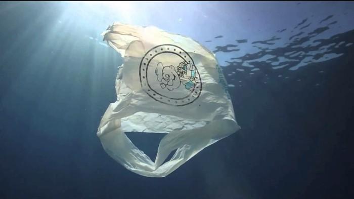 plastik-recycling-plastiktüte-im-meer