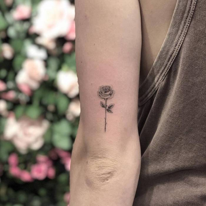 Rosen Tattoo am Oberarm, kleines Blumen Tattoo, Arm Tattoos für Frauen zum Inspirieren