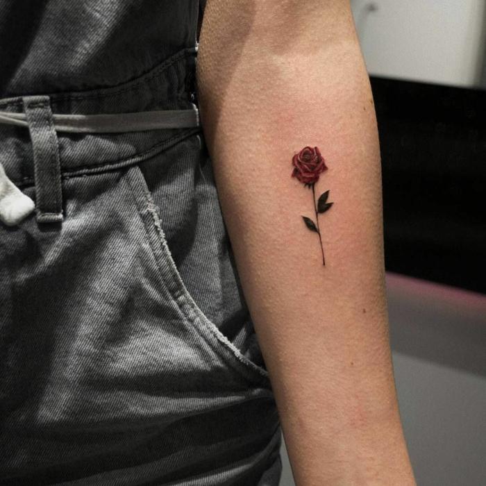 Kleines Rosen Tattoo am Unterarm, farbiges Tattoo, rote Rose, Tattoos mit Bedeutung