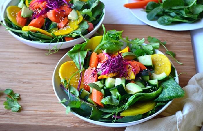 detox-entgiftung-salat-grünblätter-sesamsammen