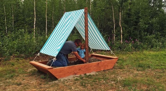 sandkasten-selber-bauen-Ein-Holzboot-als-Sandkasten