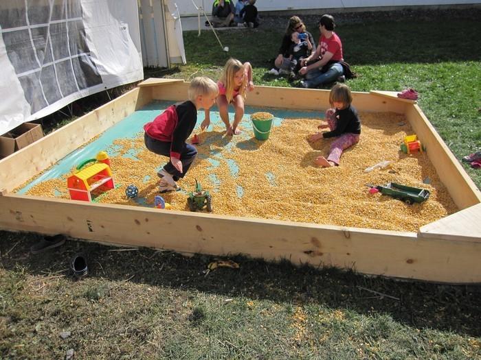 sandkasten-selber-bauen-Kinder-spielen-im-Sandkasten