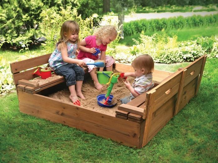 sandkasten-selber-bauen-Kinder-spielen-in-einem-Sandkasten