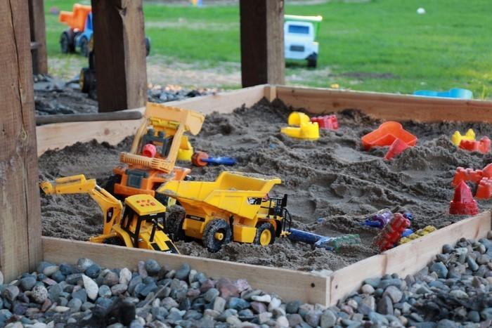 sandkasten-selber-bauen-Sandkasten-mit-einigen-Spielzeuge