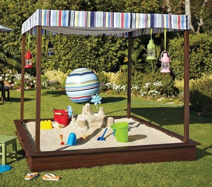 sandkasten-selber-bauen-bunter-Sandkasten-mit-Spielzeugen