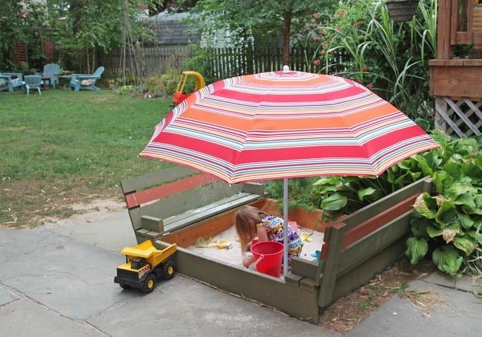 sandkasten-selber-bauen-der-Schirm-als-Dach-benutzt